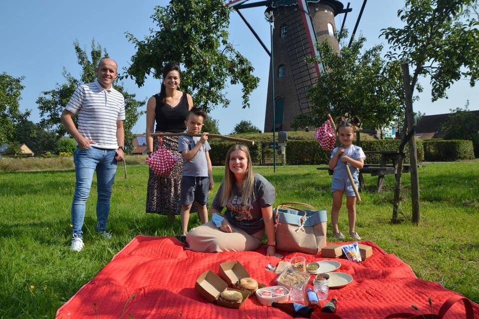 Dries Van Dyck en An Wendrickx van 't Molenhuys met op het picknickdeken Cloë Sprangers met neefje Mil Clemens (6) en nichtje Puck Clemens (3). Aan de inhoud van de borreltas is niet te weerstaan.