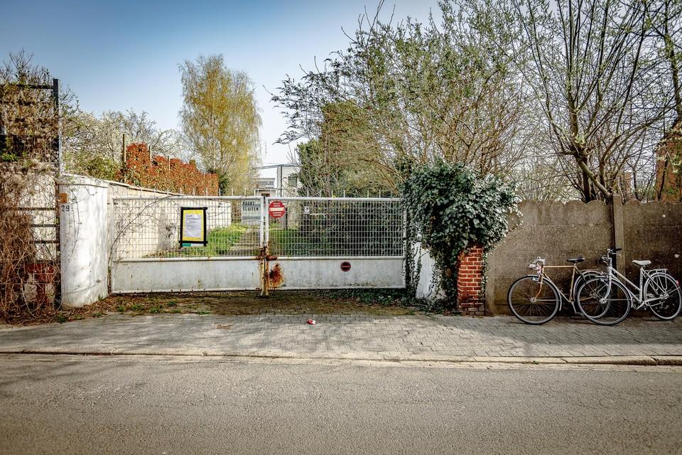 De oude meubelfabriek achter deze poort gaat tegen de vlakte.