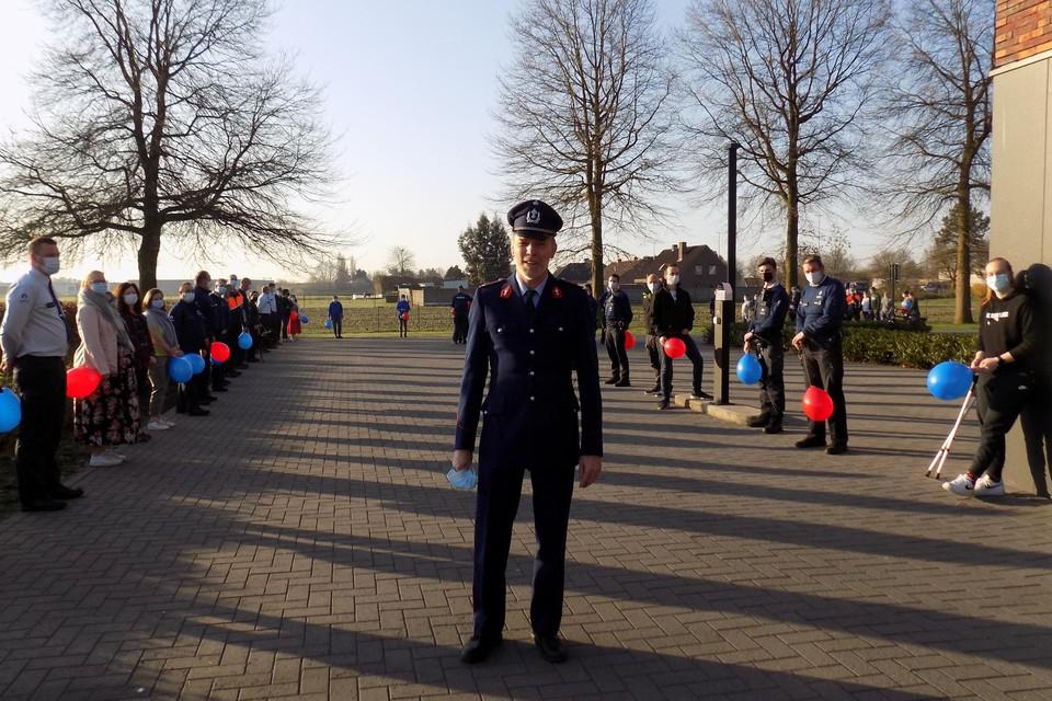 Jef Gijsbrechts uit Lille in zijn oude rijkswachtersuniform op zijn laatste werkdag bij de politie regio Turnhout. Zijn collega's vormden woensdagochtend een coronaveilige erehaag.