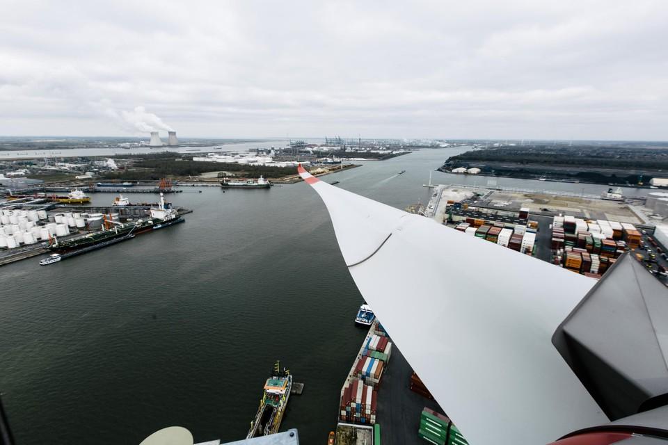 Bovenop de windmolen aan kaai 612. Onder ons loopt het Kanaaldok parallel aan de Schelde. De wiek wuift naar de kerncentrale van Doel, aan de overkant van de Schelde.