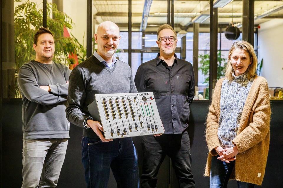 Dries Buijks, Marc Coupilie, Peter Buedts en Sabine Coupilie van Transtel-Sabima met de verjaardagseditie van de MX180, het prijsbeest van Rodec.