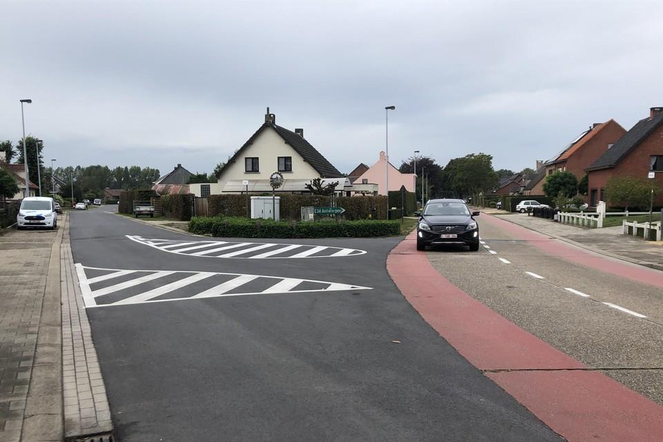 De belijning op het kruispunt van Heieinde en de Grotenhoutlaan in Vosselaar wordt na een proefperiode definitief.