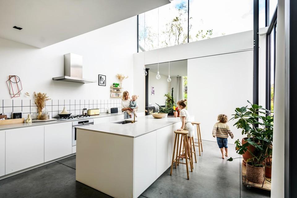 De keuken verbindt het oude en het nieuwe gedeelte.