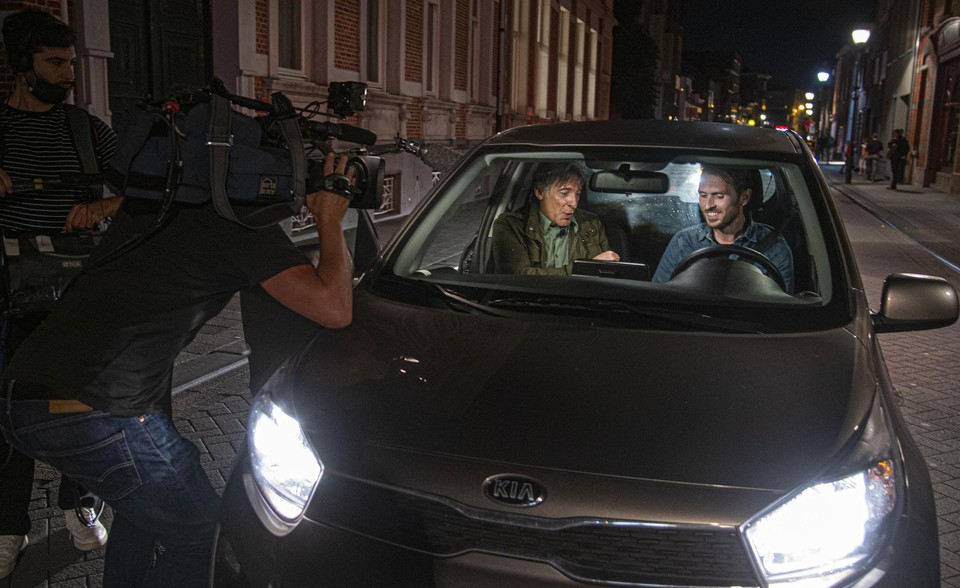 Luk Alloo wordt zelfs uitgenodigd voor twee auto-interviews in de Turnhoutse straten.