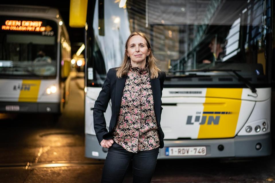 """Ann Schoubs is honderd dagen directeur-generaal van De Lijn. """"De prioriteit is om de meest vervuilende bussen met euronorm 3 en 4 op stedelijke en randstedelijke lijnen te vervangen."""""""
