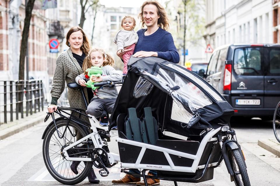 Het gezin van Joke Oosters (links) is weer herenigd met hun bakfiets.