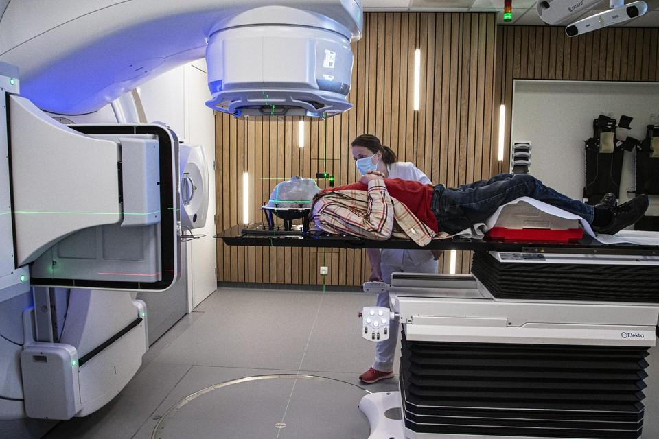 De verpleegkundige positioneert de patiënt onder de nieuwe lineaire versneller, die tot op 1 millimeter nauwkeurig een tumor kan bestralen.