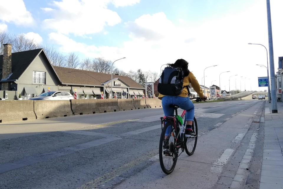 De fietspaden op de Brusselsesteenweg zijn in slechte staat.