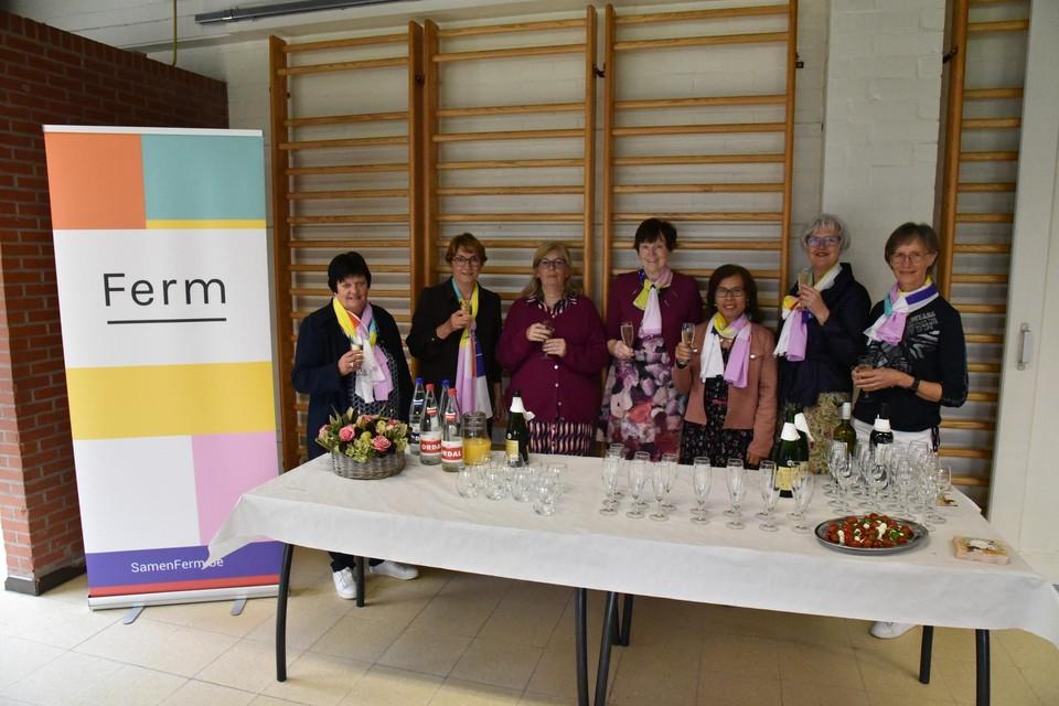 Het bestuur van Ferm Massenhoven achter de feesttafel.