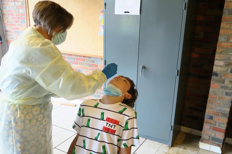 Louie (12) ondergaat moedig een PCR-test om mee te kunnen naar Zamárdi.