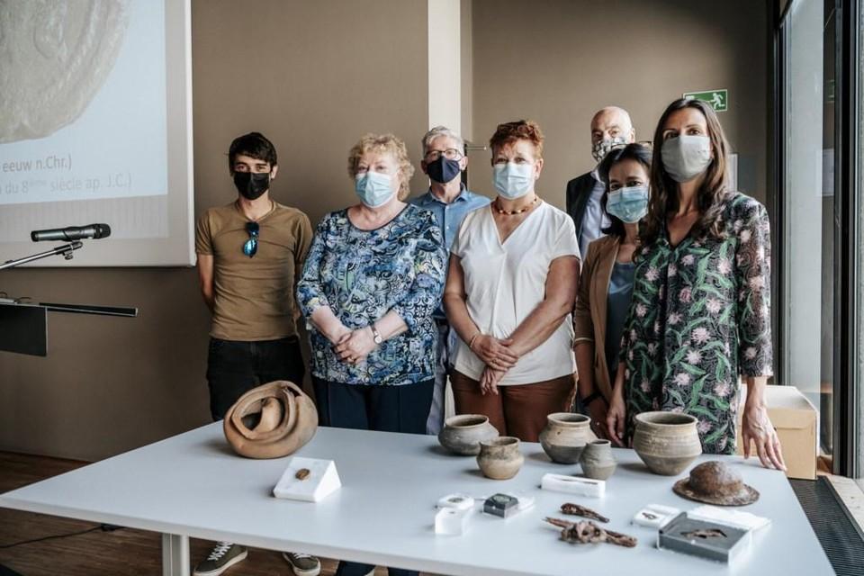 Een aantal experten, onder wie o.m. conservator Guido Creemers van het Gallo-Romeins Museum, rijksarchivaris Rombout Nijssen en onderzoekster Else Hartoch, bij een deel van de nieuw verworven archeologische stukken.