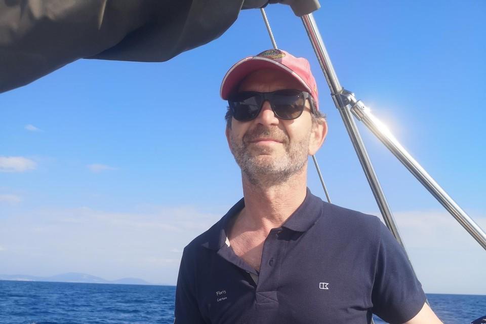 Professor Floris Wuyts op een zeiljacht, waar de hersenen het signaal van de dobberende boot corrigeren.