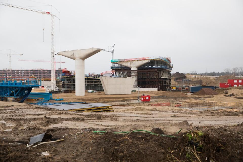 De heraanleg van het knooppunt Antwerpen-West op Linkeroever staat op een laag pitje. Ruim honderd buitenlandse arbeiders kwamen maandag niet opdagen.