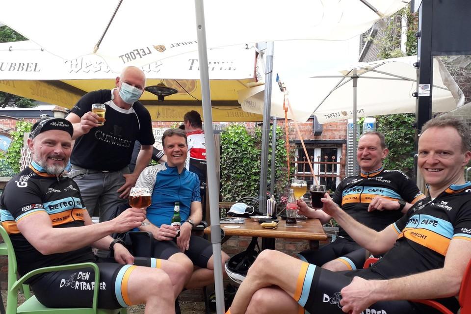 Werner, cafébaas Johan, Kurt, Rudy en Johan klinken op het terras van hun stamkroeg Den Doortrapper.