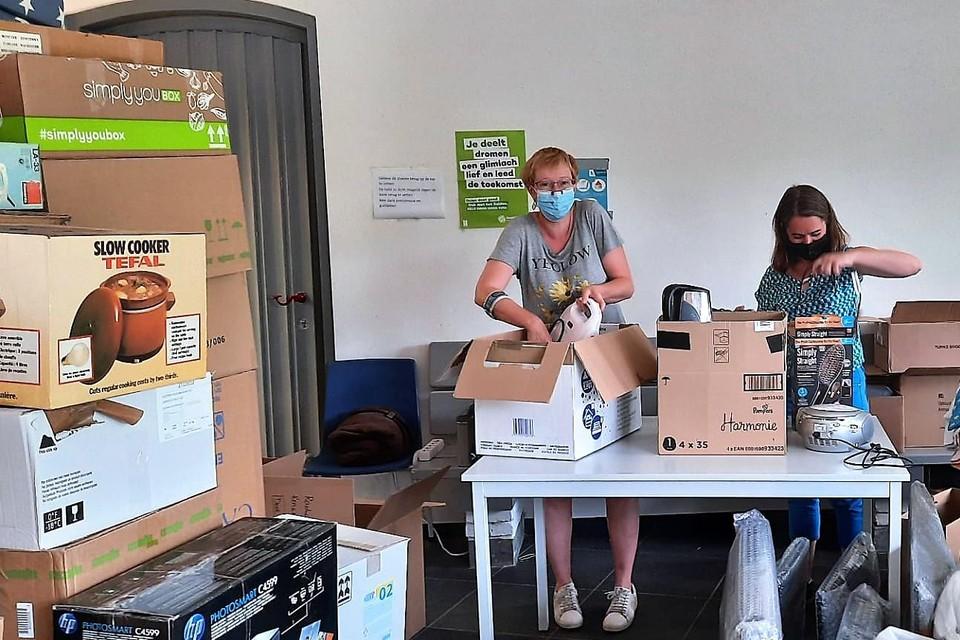 Vrijwilligers van Schilde maakten de elektrotoestellen verzendklaar, na ze getest e hebben.