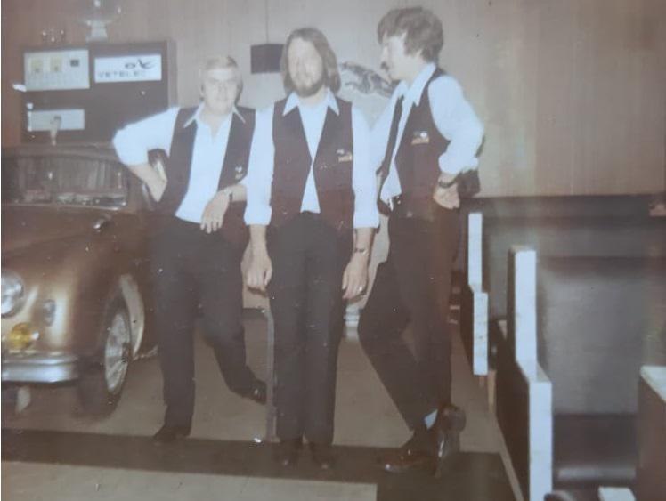Kameraden Frans, Willy en Kris met naast hun de befaamde Jaguardiscobar