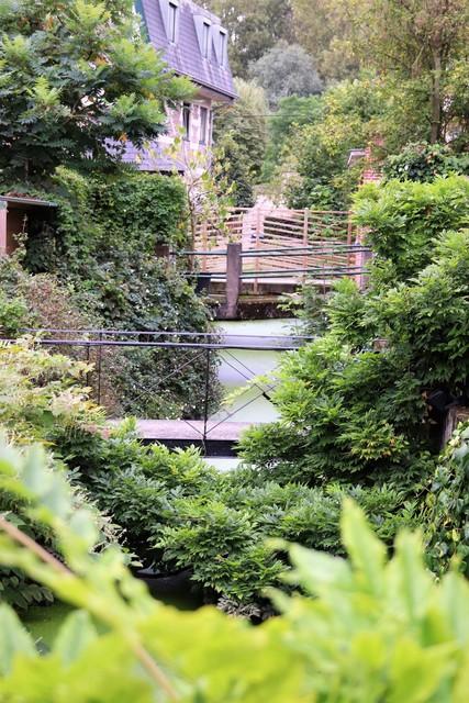 De Sluisgracht kronkelt door de achtertuinen.