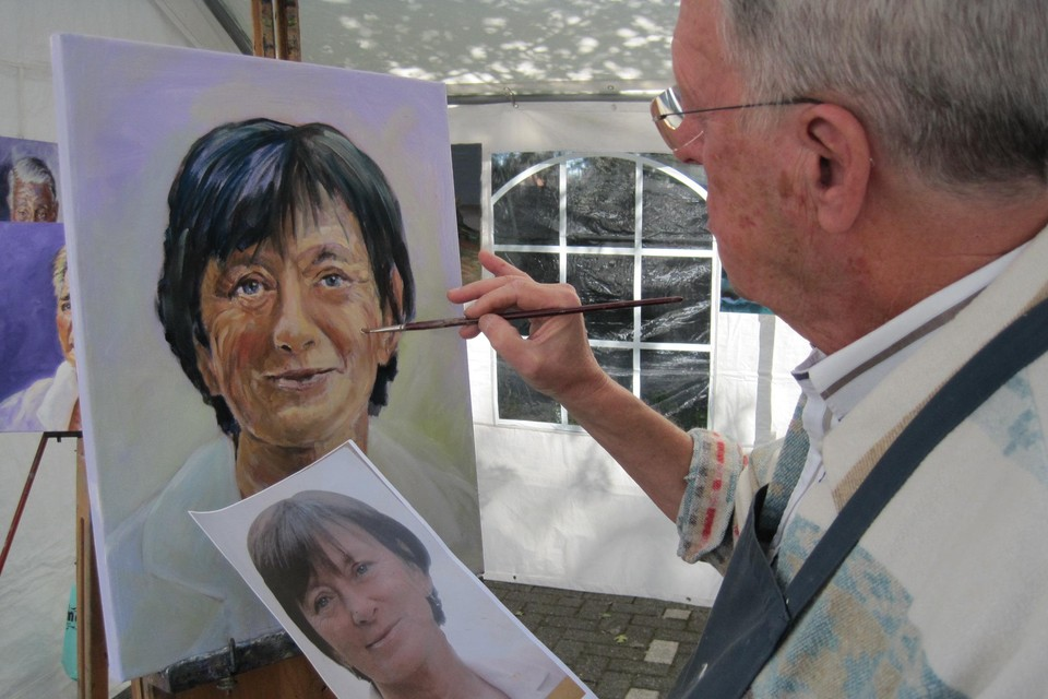 Een lokale schilder portretteert ereburgemeester Yolande Avontroodt op een vorige editie van de verenigingendag.