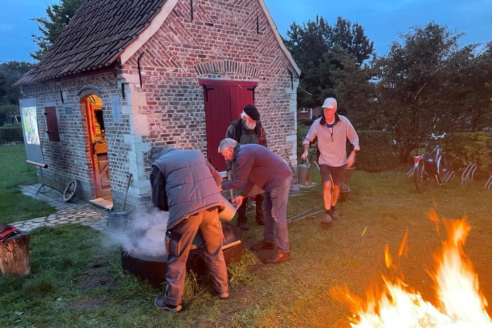 Voor het bakhuis werd een vuur gestookt.