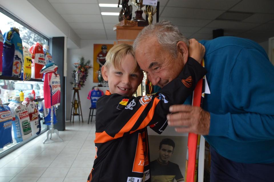 Een knuffel voor opa.