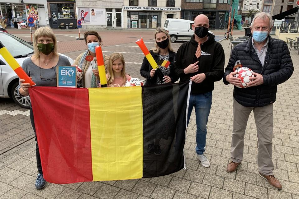 Sportschepen en ex-Rode Duivel Ronny Somers geeft de aftrap van de EK pronostiek. Schepen van economie Ilse Lenvain en de voorzitter van Willebroek Winkelhart Wim Jacobs geven eveneens present.
