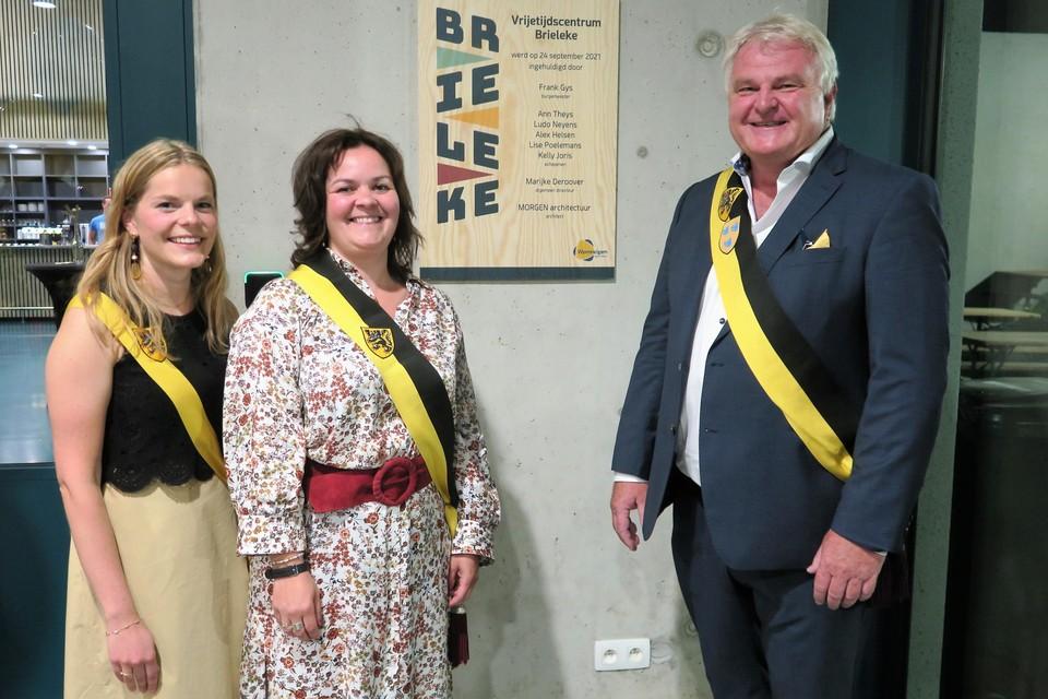 Een trots trio van het lokaal bestuur: burgemeester Frank Gys, die de weg plaveide voor de bouw van het Brieleke en de schepenen Ann Theys en Lise Poelemans die voor de invulling zorgden.