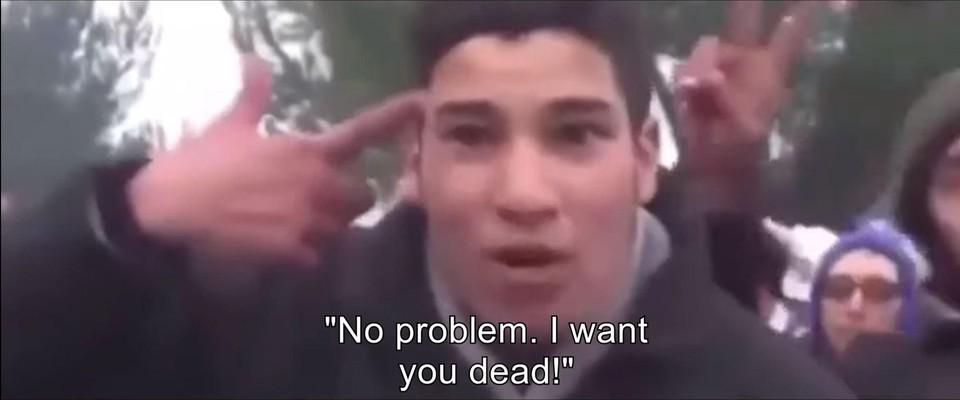 Volgens Vlaams Belang is dit een agressieve jonge man aan de Griekse grens in 2020 die ons, Europeanen dood wil. In werkelijkheid is het een radeloze jonge man die aan zelfmoord denkt aan de Macedonische grens in 2015.