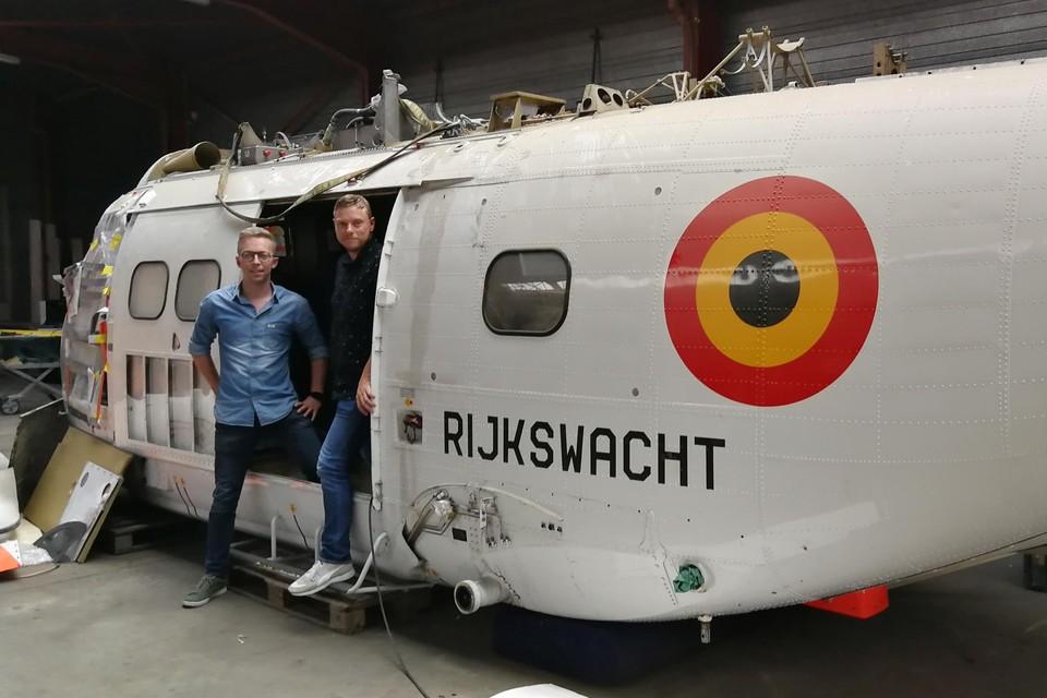 Kristof Van Loy (links) en Sven Clauwers hebben de oude rijkswachtheli deze week zelf in Zweden opgehaald om om te bouwen tot bar.