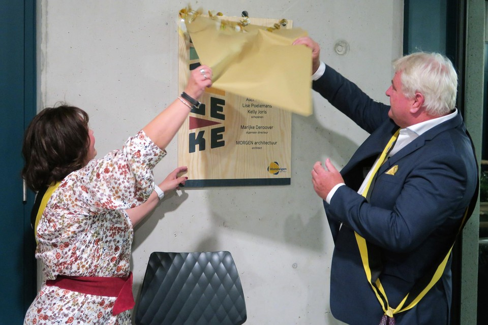 Schepen Ann Theys en burgemeester Frank Gys onthullen het inhuldigingsbord van het Brieleke in de inkomhal.