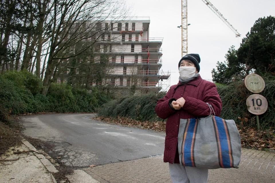 """Buurtbewoonster Maria V.W. vindt de nieuwe woonblokken té imposant. """"Met twee verdiepingen minder had het al genoeg geweest."""""""