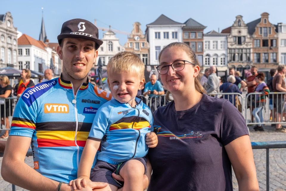 Joachim Janssens met zoontje Sepp en zijn vrouw Tamara Laeremans zijn echte wielerfans.