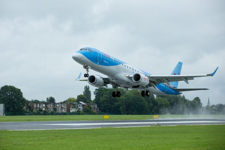 Een Embraer-toestel van TUI vertrekt vanop de luchthaven van Deurne