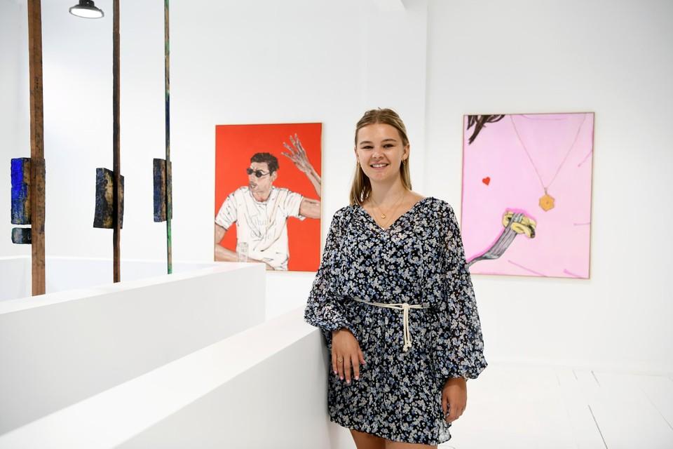 Louise koos schilderijen van Bieke Buckinx voor The Platform.
