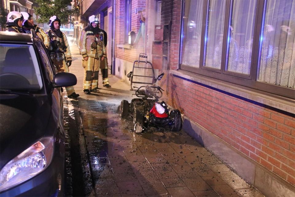 De scootmobiel naast de woning in de Nieuwstraat in Herentals brandde in juli 2018 volledig uit. De dader riskeert drie jaar cel.