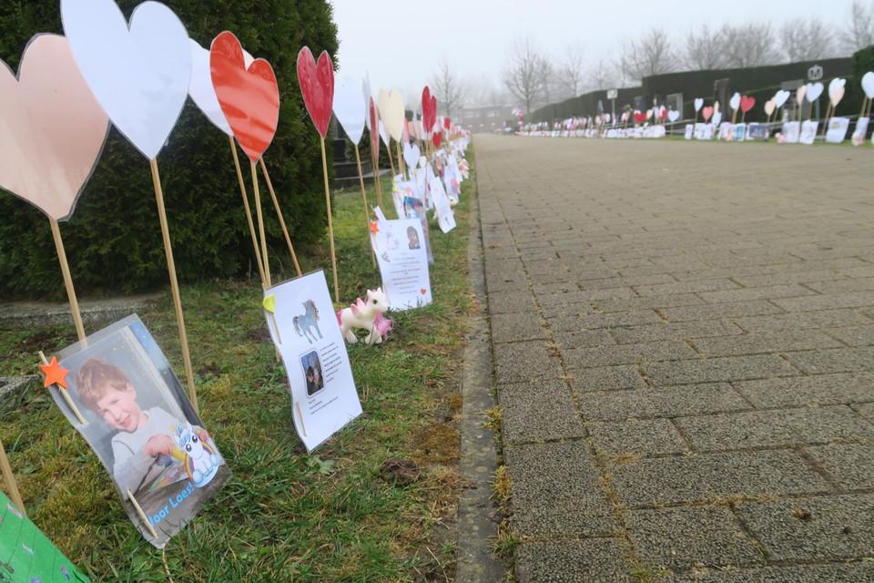 Op het kerkhof staan tientallen hartjes met boodschappen voor Loes.