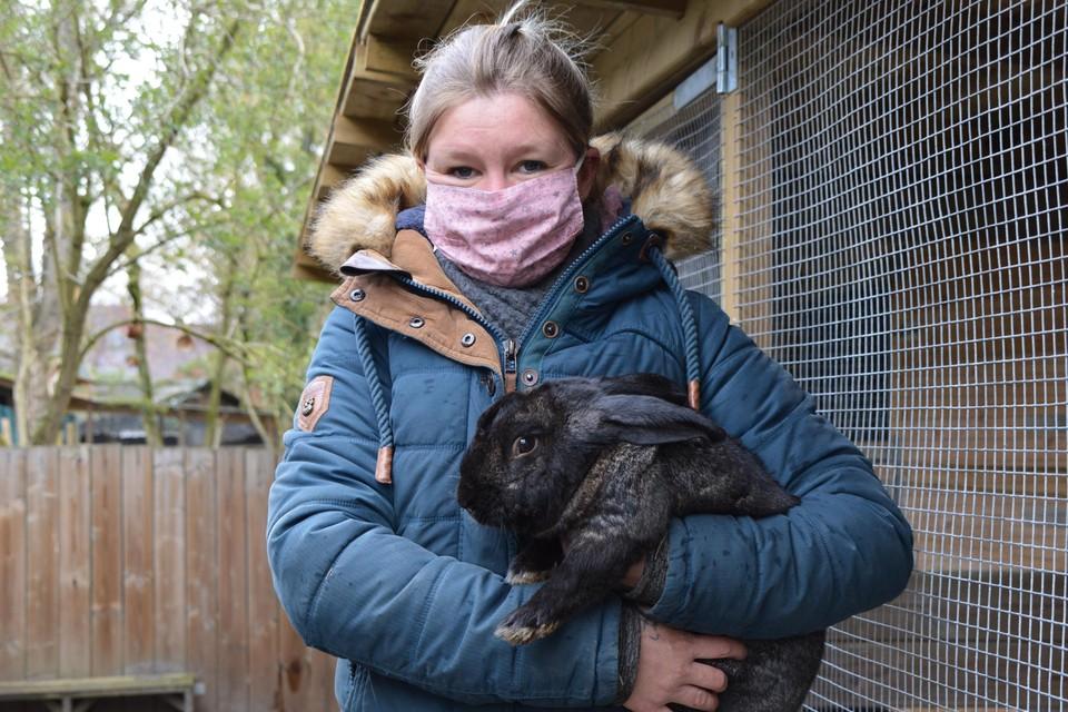Annelies van Adopteer een Konijn met Stamper, een van de dieren uit  het konijnenasiel.