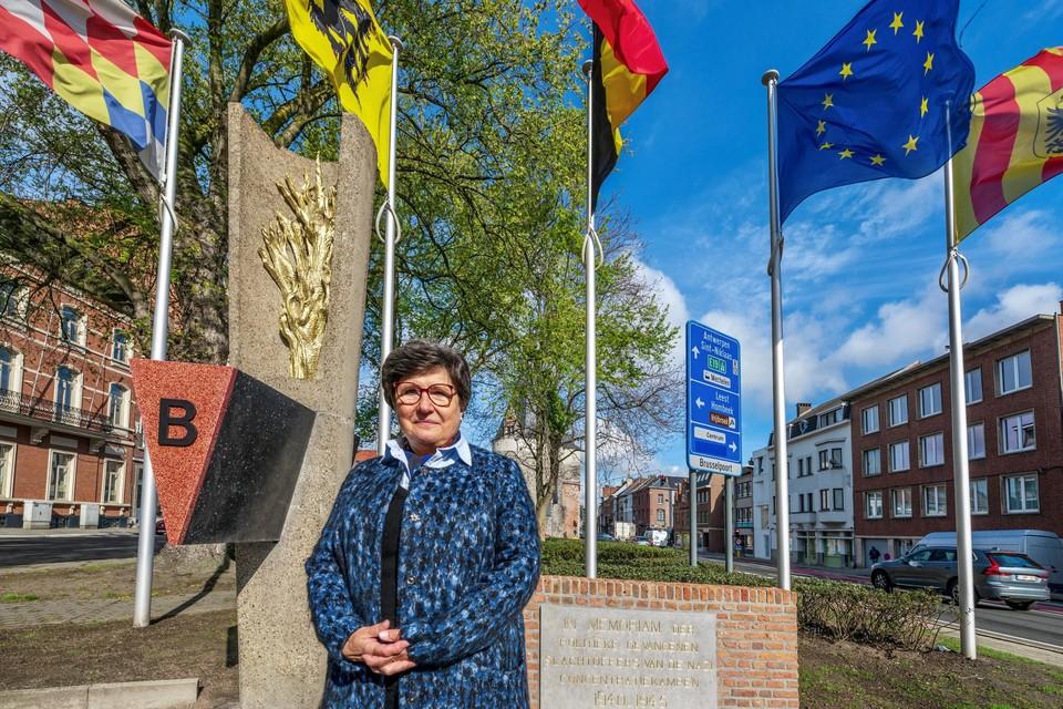 Josette Nackaerts bij het Monument voor de Politieke Gevangenen op de Mechelse vesten. Haar vader Edmond was een van hen.