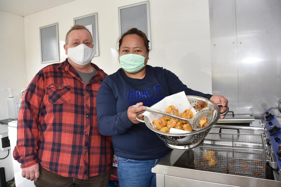Mary Ann en Johan bieden Filipijnse en Vlaamse streetfood aan.