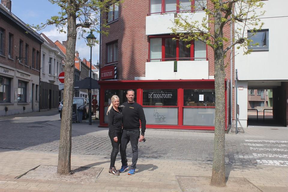 Mariska en Bjorn voor hun zaak. Hun plannen voor een terras in de Akkerstraat (straat links),op het marktplein (vooraan) of het Hoogpoortplein (achter de doorgang rechts) stuiten op een njet van het bestuur.