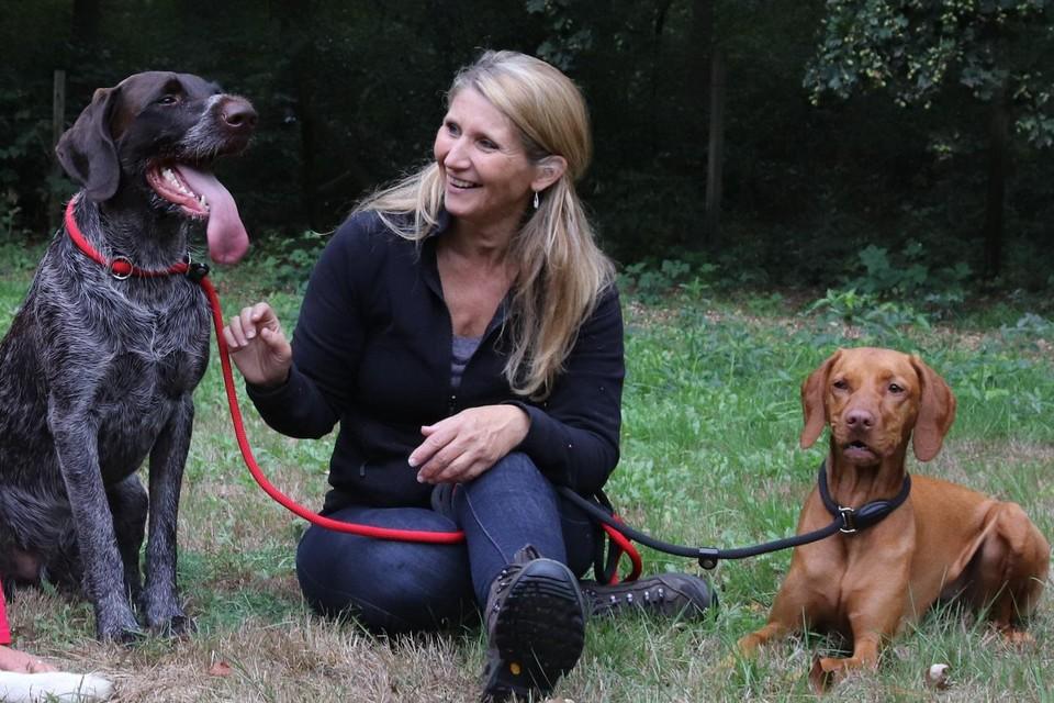Hondengedragstherapeute Gitte Nys met haar eigen honden.