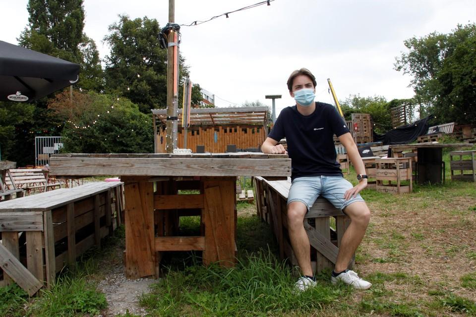 Thomas Bruggeman op een zelfgetimmerd bankje in zijn zomerbar Bokaal  Zomercafé.
