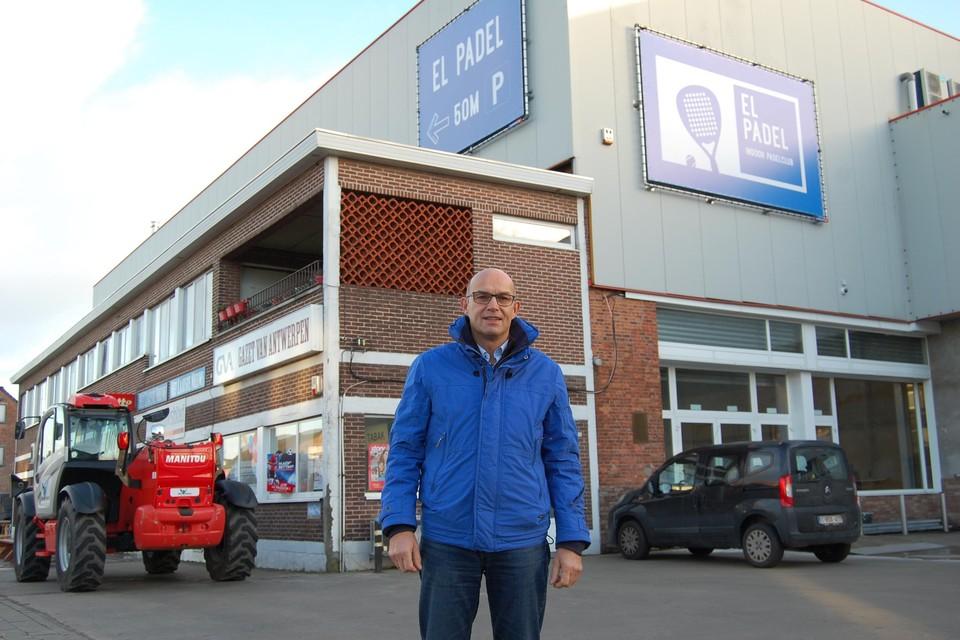 Ludo Van Eynde, bestuurder van het bedrijvencentrum De Bock, bij de nieuwe padelhal.
