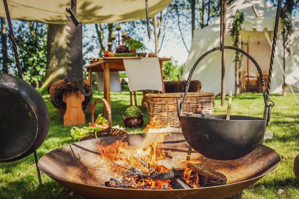 Koken boven een houtvuur aan je middeleeuwse tent: dat wordt Campo Berlaer.