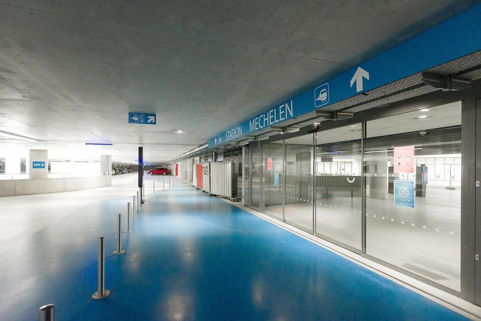 Een nachttarief en een goedkoper abonnement in de stationsparking moeten de parkeerdruk in de buurt verlichten.