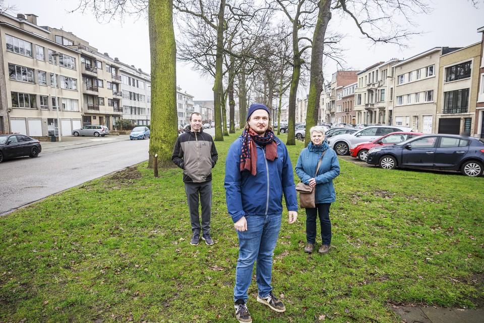 Bewoners Wim Gevers, Lode Daelemans en Ann Barrea van buurtcomité Het Juiste Spoor. De meest linkse boom, achter Wim, is de toekomstboom die wellicht moet verdwijnen voor de aanleg van de tramsporen.