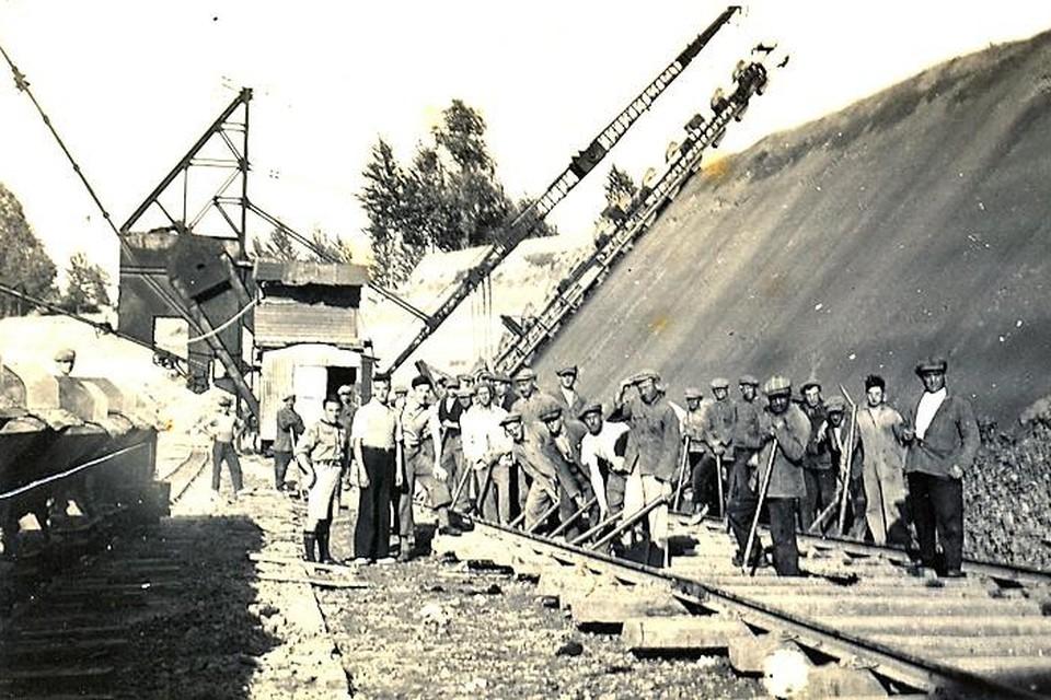 De komst van de kleibaggeraars was een hele verademing voor de arbeiders die de klei voordien manueel moesten delven.