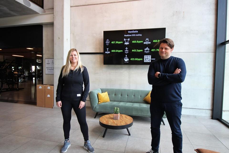 Elke en Dave De Vos aan het scherm met de live CO2-waarden in hun fitnessclub.