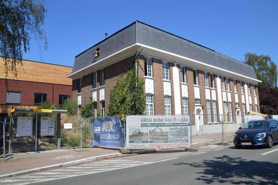 Het gebouw op de hoek van de Handelslei en de Andreas Vesaliuslaan, met links achter de nieuwbouw.
