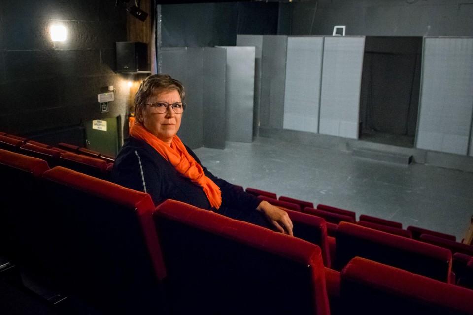 Voorzitter Marleen Verhaegen van het Heistse Kamertoneel in het theaterzaaltje in de Kattestraat dat al ruim een jaar leegstaat.