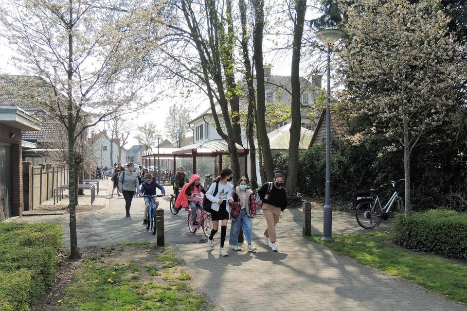 De ontsluiting gebeurt via de drukke schoolroute en brengt volgens de buurt de veiligheid in gevaar.